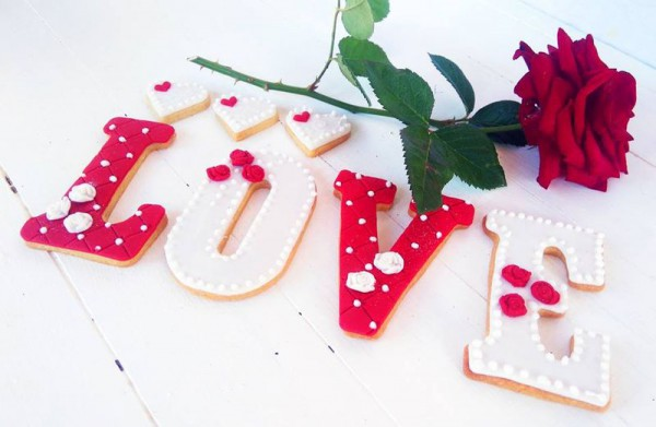 Valentine-red-and-white-love-set 800x600